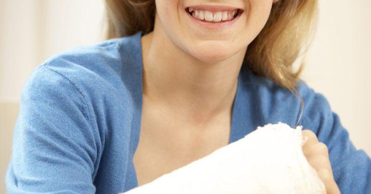 Como fazer um molde de gesso removível para o meu braço. Para auxiliar o processo de cura de um braço, cotovelo ou pulso fraturado, um molde de gesso é muitas vezes utilizado para imobilizar a área da contusão. Eles irão impedi-lo de mover o membro fraturado, assegurando, assim, um processo de cura eficaz, além de proteger a área de novas lesões. Se você quiser fazer o seu próprio molde de gesso ...