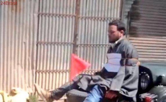 Exército indiano provoca protestos ao prender manifestante no para-choque de carro militar