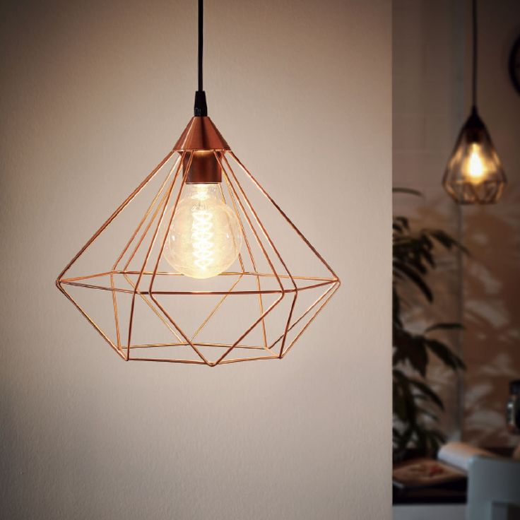 Lámpara colgante de diseño nórdico fabricada en metal con una original estructura geométrica que deja la bombilla al descubierto.