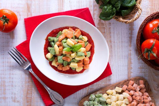 Le chicche di patate tricolore sono un primo piatto realizzato con gnocchi di patate di tre colori: verde, bianco e rosso!