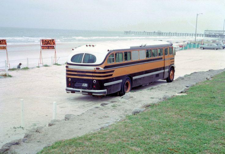Автобус переделанный в дом на колесах на пляже городка Клируотер, штат Флорида, 1965 год.