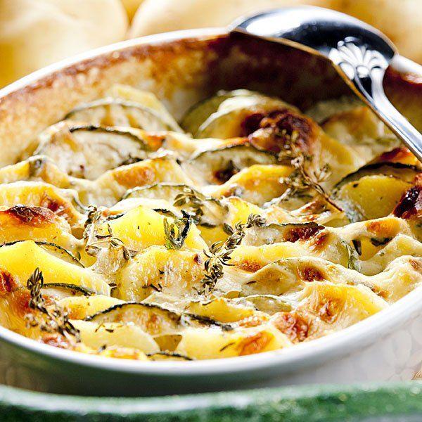 Patatas asadas con calabacín, bechamel y queso / 4 patatas. 3 calabacines. 100 gr. de queso rallado. 50 gr. de harina. 1 l. de leche. 25 gr. de mantequilla o margarina. Aceite. Romero. Sal
