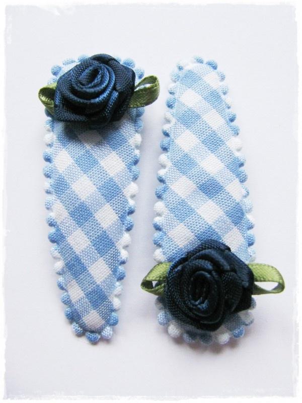 haarspeldjes lichtblauw geruit met donkerblauwe roosjes