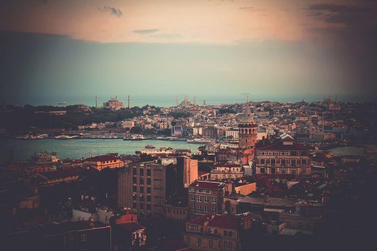 Istanbul - Город в вечернем освещение. На том берегу бухты Золотой Рог, слева направо: дворец Топкапы, Ая-Софья, Голубая мечеть. На этом берегу, Галатская башня. Дальше Мраморное море сливается с небом.