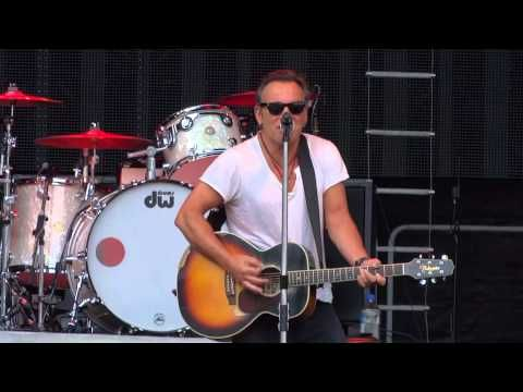 ▶ Bruce Springsteen - Burning love - Paris 29.6.2013 -  Pre-Show