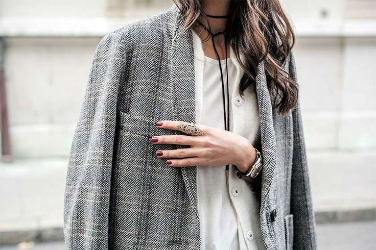 A última vez que o tweed apareceu aqui no JL foi em 2012. Com o frio já batendo à nossa porta, o tecido é uma boa sugestão para composições mais quentinhas. Ele é de origem escocesa e possui uma textura áspera, feito de lã emvários padrões coloridos. As peças mais populares de tweed são os casacos, blazers ou jaquetas – imortalizados por Coco Chanel. Mas também é possível encontrar vestidos,...