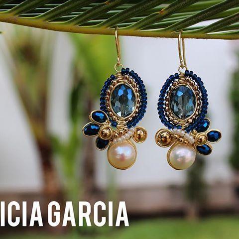 PG Aretes con perla y cristal #patriciagarciaaccesorios #chapadeoro #handmadejewelry #diseñomexicano #mexicocreativo #joyeriaartesanal #earrings #aretes #perlas #losmochis #hechoamano #joyeria #mexico