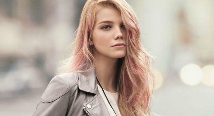Blonde Haare mit Pastell Rosa Strähnchen tönen