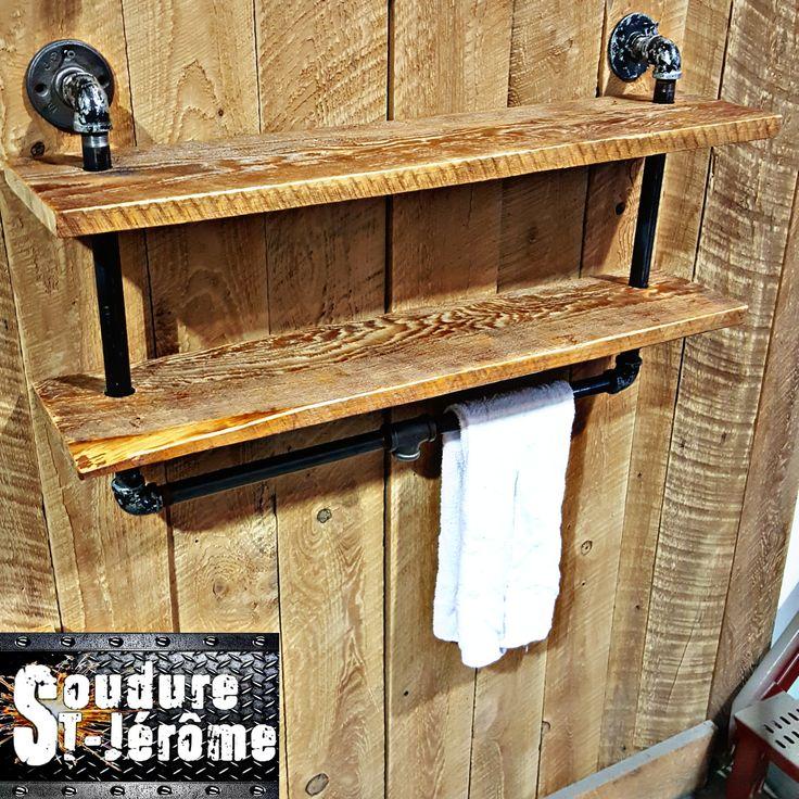 Porte serviette avec tuyaux d'acier industriel décoratif.  Tablettes de bois décoratives.