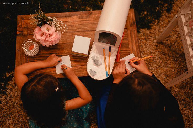Cantinho de recados para os noivos com caixinha de correio vintage. Veja mais desse casamento em: http://www.renatoganske.com.br/portfolio/mini-weddings/134590-amanda-alexandre-mini-wedding-jardim-amelie-casamento-intimista-jardim-amelie-fotografo-casamento-joinville-santa-catarina