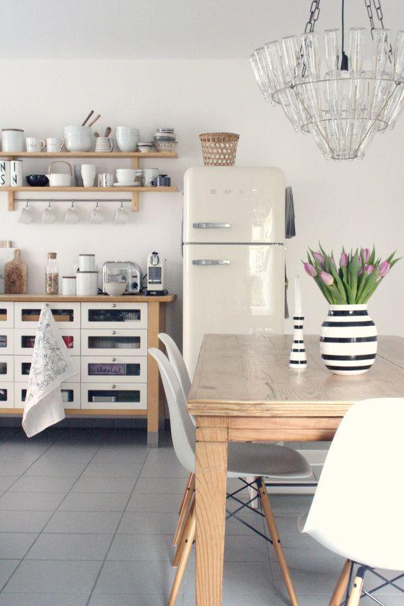 Helle küche mit stylischem weißen kühlschrank holz esstisch und weißen eames chairs toll
