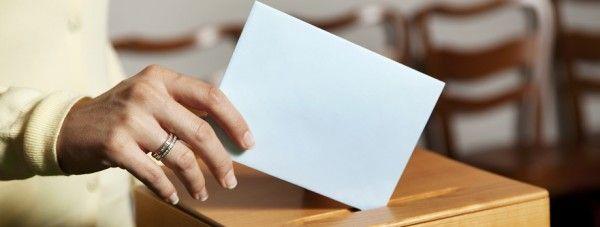 http://www.estrategiadigital.pt/voto-online-e-se-pudessemos-votar-na-internet/ - Seja por estarem indignados com a presente situação política ou por não acreditarem no sistema de eleições, há cada vez mais portugueses a ficar em casa no dia de ir às urnas. É por isso mesmo que se torne pertinente fazer uma pergunta: e se as urnas fossem a sua casa, será que votava? Com a Internet, talvez seja possível.