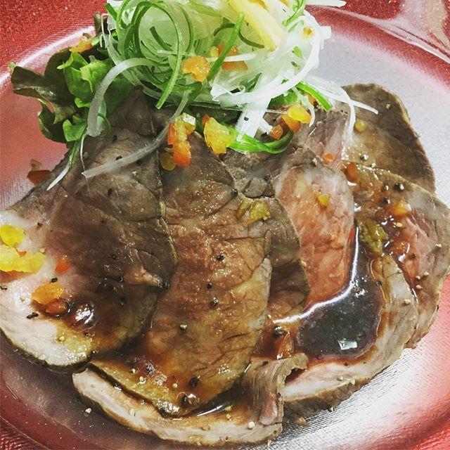 新登場のローストビーフです🍖 サラダ仕立てになってますよー👍  もちろん使用してるお肉は黒毛和牛ですよ‼️ #焼肉 #ローストビーフ #サラダ #肉 #山の手 #札幌 #西区#ワイン #和牛 #wagyu #かるね屋 #モモ #ウチヒラ #ウチヒラステーキ