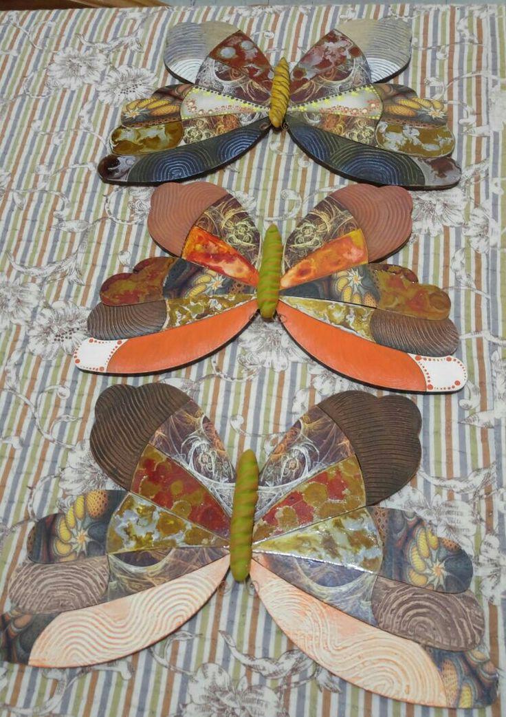 Mariposas en madera tipo rompecabezas con texturizador, imitacion vitral, e impresión de imagenes.