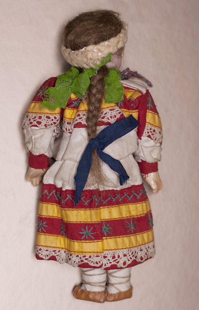 Редкая куколка русском в оригинальном костюме из Бартрамовских мастерских - на сайте антикварных кукол.