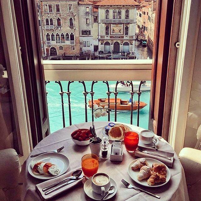 Jó reggelt❤ #venice #morning #breakfast #colors #italy #instaitaly #travel #traveler #travelblogger #blogger #hungarianblogger #vlogger #itravel #travelgram #orange #summer #hungary #budapest #coffee