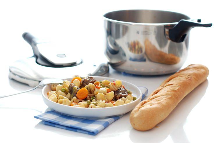 Vamos a sacarle partido a nuestra olla rápida, hoy cocinamos un guiso de ternera con pasta, ahorraremos tiempo pero no perderemos ni sabor ni calidad.