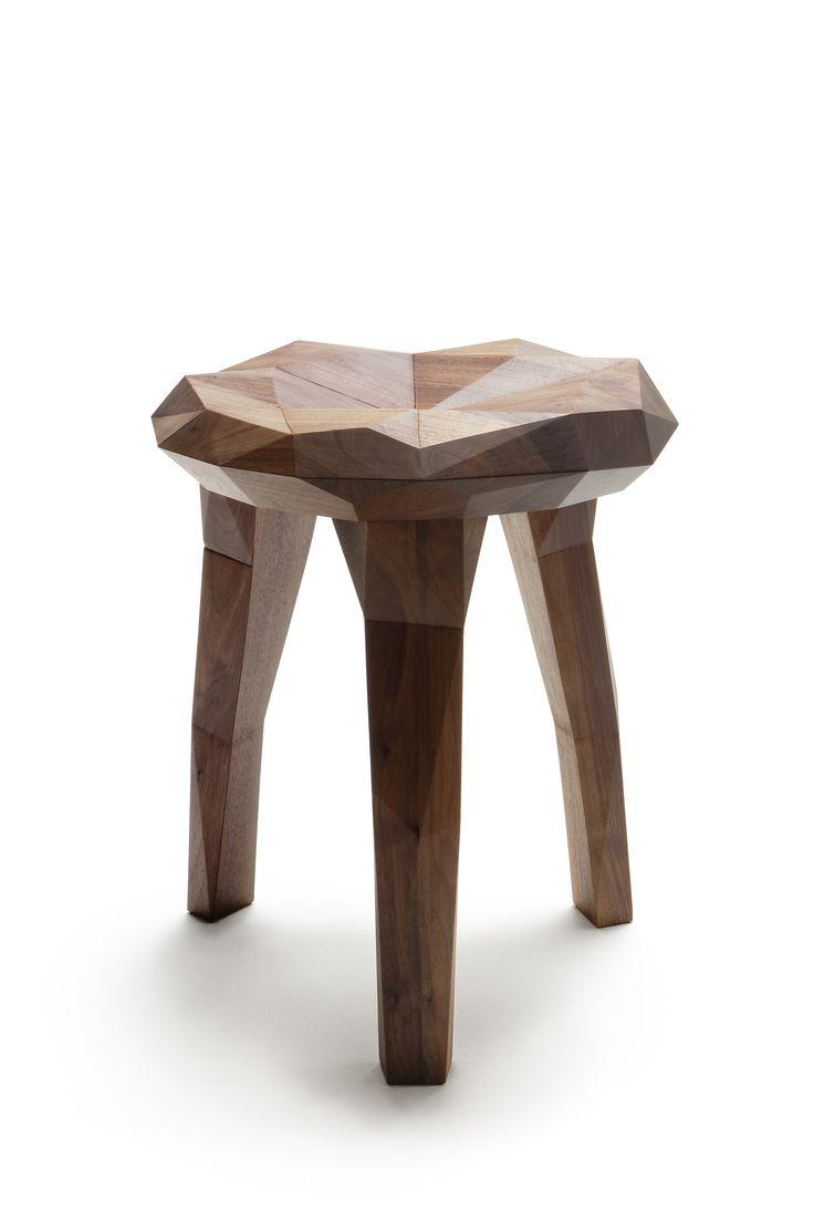 Nikari présente le tabouret STOCKHOLM study. Signé à l'université Konstfack par l'étudiant Jari Devad avec cette assise design sculptée dans le bois...