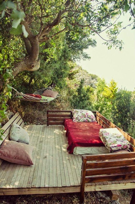Terrasse bucolique sous les arbres.