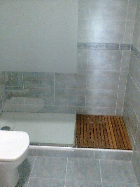 Detalle plato de ducha con mampara de cristal y tarima de - Tarimas para ducha ...