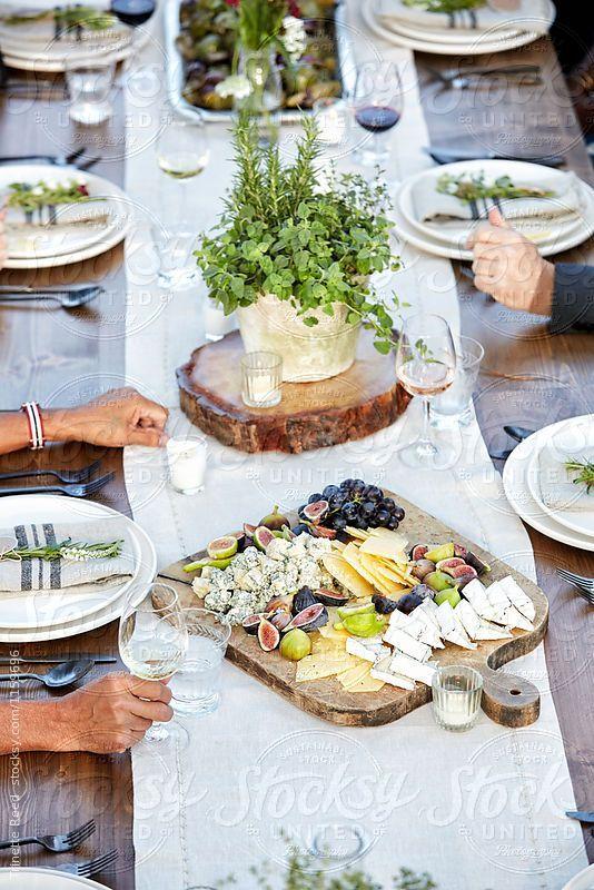 Geschirr Käseplatte mit Feigen, Trauben auf Schneidebrett auf einer Farm To Table Dinner Part…
