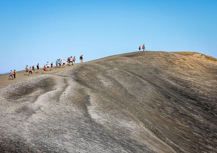 """León, Nicarágua  A cidade mais legal e a minha preferida na Nicarágua.  É em León onde você poderá descer um vulcão ativo, o Cerro Negro, a mais de 40 km/hora sobre uma prancha de madeira. Essa """"prática esportiva"""" conhecida como Volcano Boarding, foi um dos principais motivos para colocar León no cenário turístico da Nicarágua."""