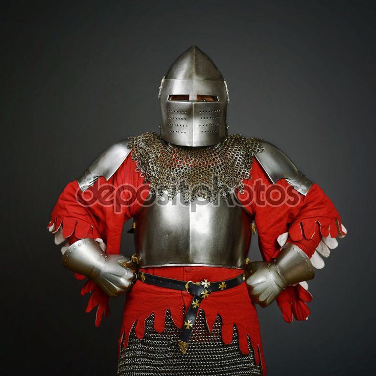 Средневековый рыцарь на сером фоне — стоковое изображение #87050828