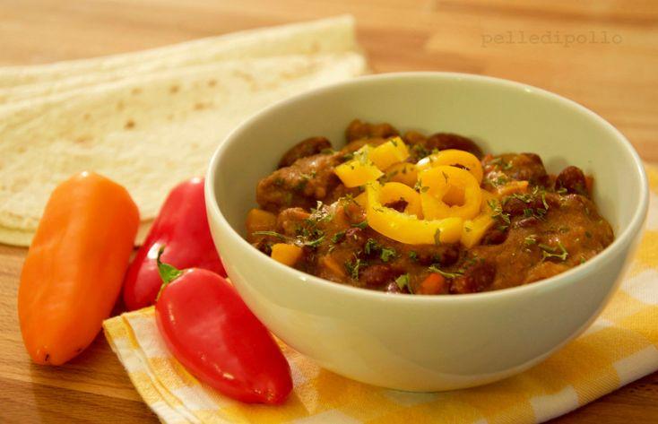 Chili con carne, gustoso e piccantissimo piatto messicano con carne di manzo, fagioli rossi, peperoni, cipolle, spezie e peperoncino.