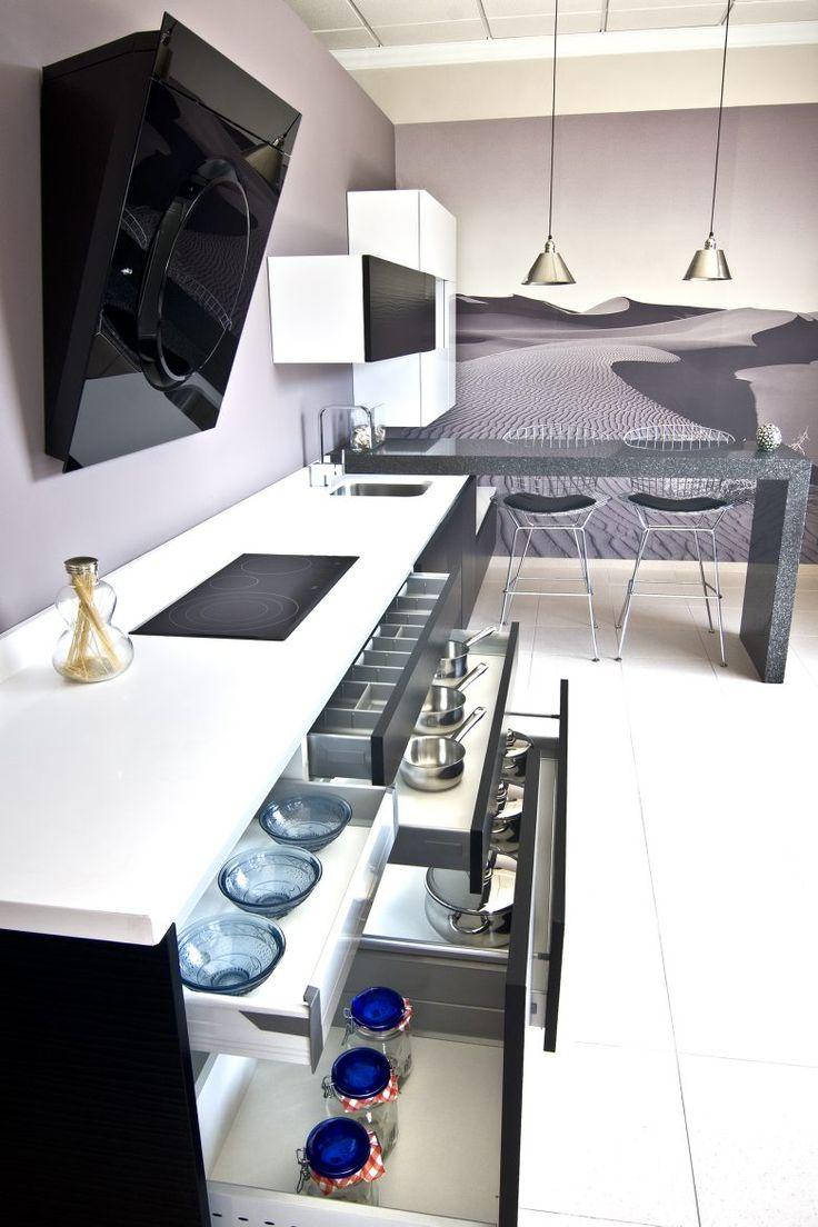 cocina lacada con puertas terminadas en onda color blanco y negro tirador gola en aluminio