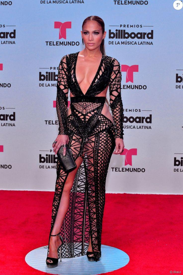 La chanteuse américaine Jennifer Lopez pose sur le tapis rouge des Billboard Latin Music Awards au Warsco Center of Miami University à Coral Gables, en Floride, aux États-Unis, le 27 avril 2017.