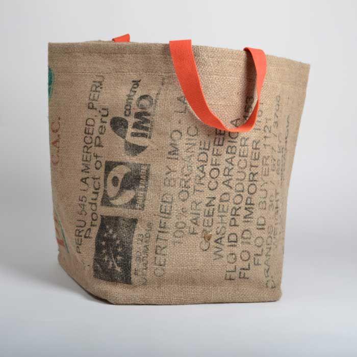 Originale et décorative, pour transporter ou ranger votre linge. Existe aussi en taille XL Extérieur : 100% toile de jute de sacs de café recyclés. Intérieur : 100% solide bâche plastique recyclée bien sûr. Impressions d'origine des sacs. Fabrication artisanale, responsable et éthique. Made in Nantes.