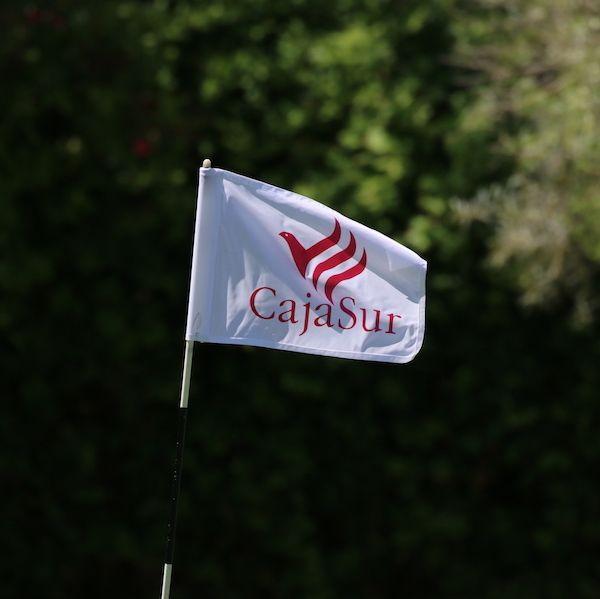 Banderas golf 18 hoyos personalizadas logo. Torneo Golf Cajasur