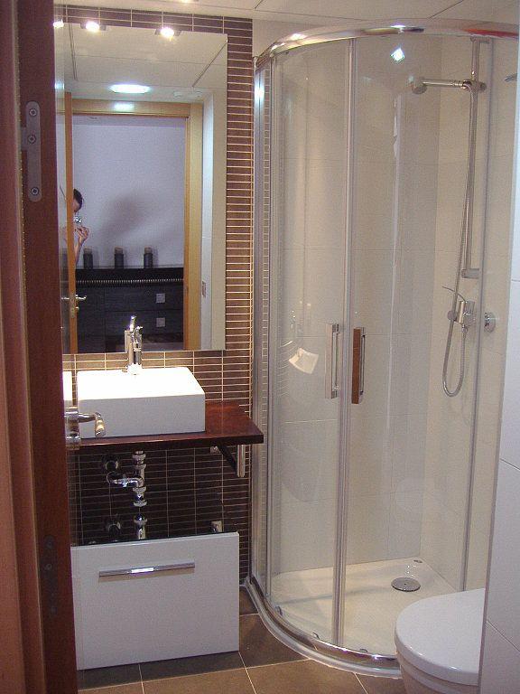 Im genes de duchas y ba os peque os la ducha ya no se for Poner ducha en bano pequeno