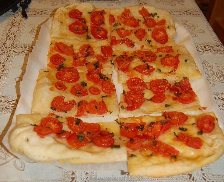 Ricetta Schiacciata (focaccia) con pomodorini, menta e basilico