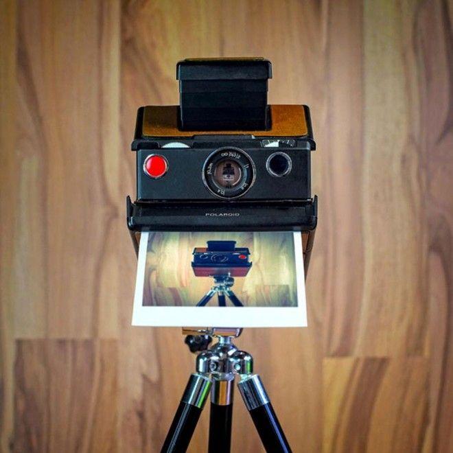"""Il fotografo tedesco  Juergen Novotny  nell'era dei selfie e della fotografia digitale ha deciso di rendere omaggio alle vecchie fotocamere analogiche giocando sul concetto di autoscatto. """"Con il progetto  CameraSelfie  - spiega Juergen - ho voluto ricordare quanto sia forte il carattere di que"""