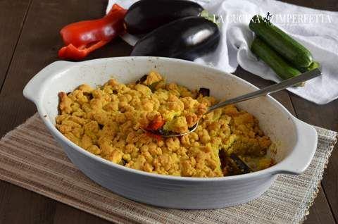 Il crumble di verdure è uno squisito piatto vegetariano da servire come antipasto o piatto unico.Ho utilizzato peperone, melanzana e zucchine.