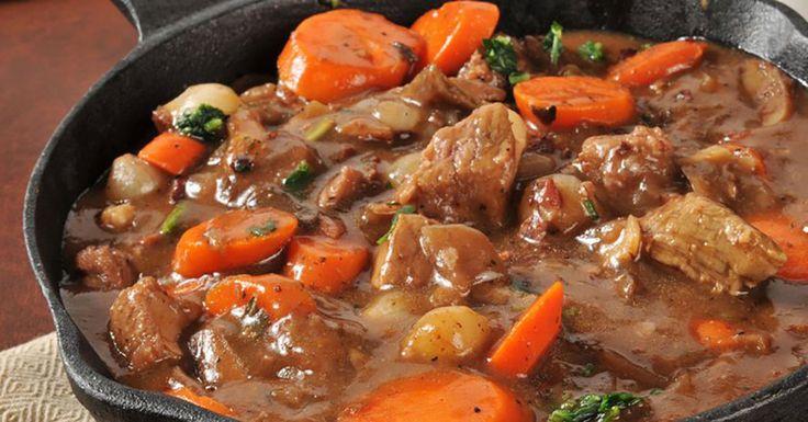 """""""Boeuf Bourguignon"""" este o rețetă tradițională din bucătăria franceză și reprezintă o tocăniță de vită înăbușită în vin roșu. Carnea de vită se marinează timp de o zi în vin roșu, condimente și verdeață, apoi se înăbușă cu diferite legume și ciuperci. Prepararea acestui fel de mâncare durează mult timp, dar rezultatul merită tot efortul. …"""