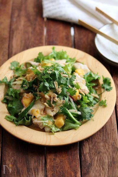 鶏むね肉は塩水に漬けておくとしっとりやわらか。  マンゴーの甘さとパクチーの香りが美味しい、夏のごちそうサラダです。