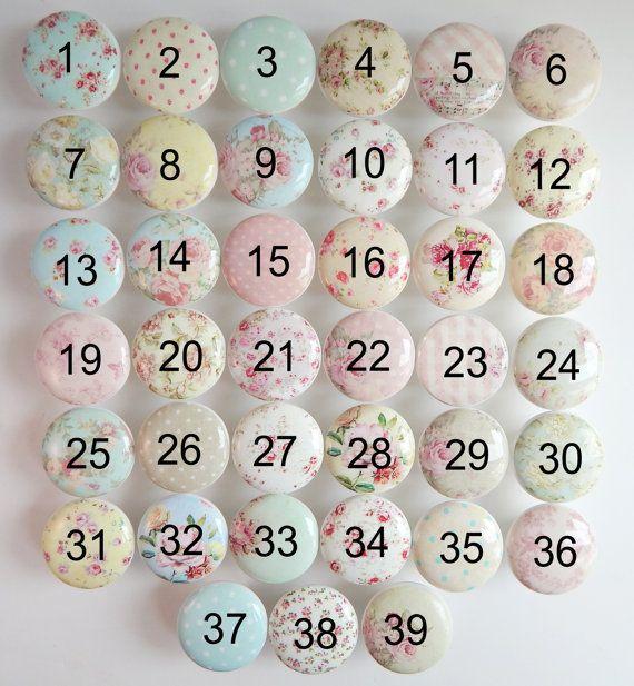 Una splendida collezione di rose squallido manopole con 39 disegni unici da scegliere! I colori su questi sono rosa, malva, luce verde acqua, azzurro, rosa intenso, morbido giallo, giallo antico, beige.  Queste sono belle manopole di ceramica bianche con cime di extra resistente resina dura.   Scegli il tuo preferiti disegni da questa raccolta!  IL PREZZO È PER UNA MANOPOLA. SI PREGA DI SCEGLIERE LA QUANTITÀ CHE AVETE BISOGNO.  Lasciare il tuo scelte di progettazione nella finestra message…