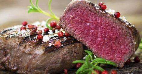 Englisch, medium oder well-done? Wir verraten praktische Tipps wie Sie Steaks auf den Punkt garen. Dabei erklären wir den Handballentest, geben Angaben zu Garzeiten und zeigen die verschiedenen Garstufen. So wird Ihr Steak außen knusprig und innen schön saftig und zart.