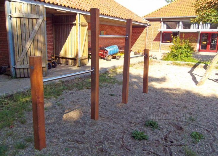Kolbøttestativ m 3 højder-træ Varenr. 704121 Drager børn, som Skipper Skræk til spinat - og begge dele gi'r muller.  Stativet er fremstillet af firkantede robinia stolper og rustfrie kolbøttestænger.