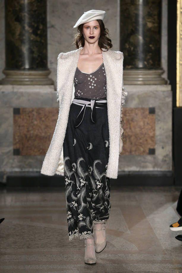 Collezione Luisa Beccaria Autunno Inverno 2015/2016 | Outfit con cappotto bianco e gonna lunga grigia decorata | FOTO