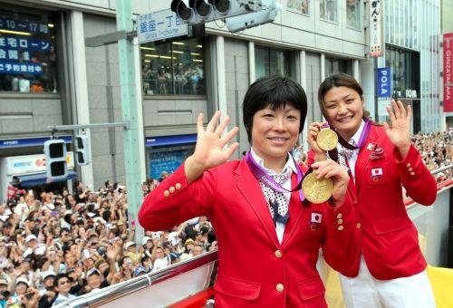 五輪メダリスト:銀座を凱旋パレード 沿道に50万人