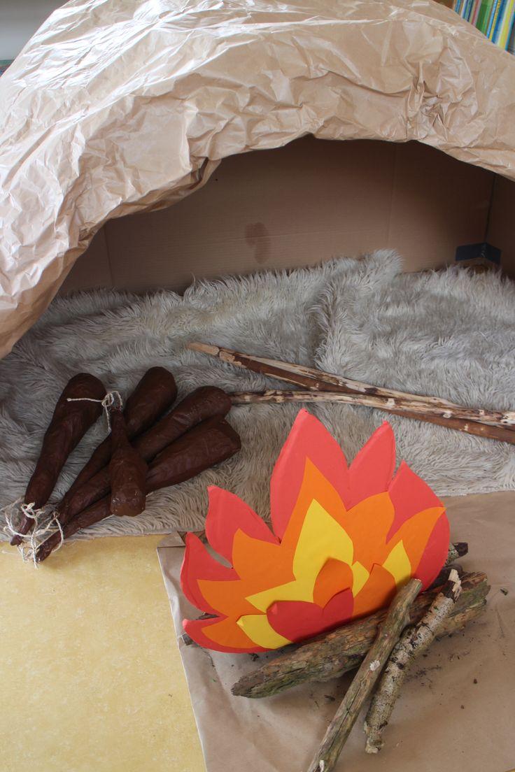 De grot met knuppels (van papier marché) De kinderen konden ook bessen zoeken (bolletjes geschilderd) en hout voor het vuur.