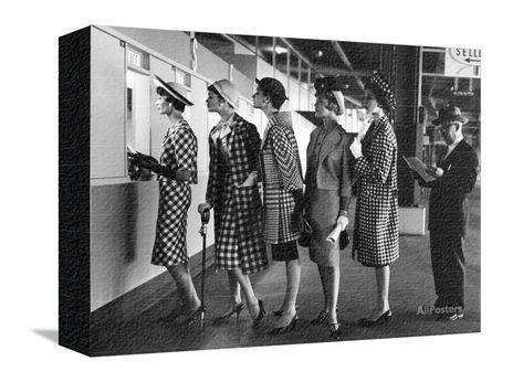 Cinque modelle vestite con tailleur alla moda al botteghino delle scommesse a una corsa di cavalli a Roosvelt Stampa fotografica di Nina Leen su AllPosters.it