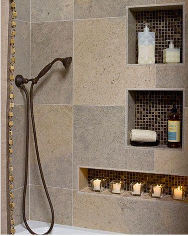 Pratique, les niches de rangement encastrées dans le mur de la douche et carrelées avec une mosaïque