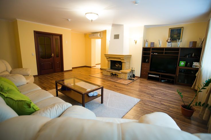 Апартаменты VIP Комфортабельный трехкомнатный номер (137 кв. м.): гостиная с камином, две спальни, ванная комната с финской сауной, джакузи и душевой кабиной, большая кухня, оснащенная всей необходимой кухонной техникой. Рядом с корпусом располагается закрытая беседка для барбекю с камином. К Вашим удобствам: Бесплатный WiFi Телевизор Гостиный уголок Камин Электрический чайник Кухня Финская сауна Джакузи Душ Туалет