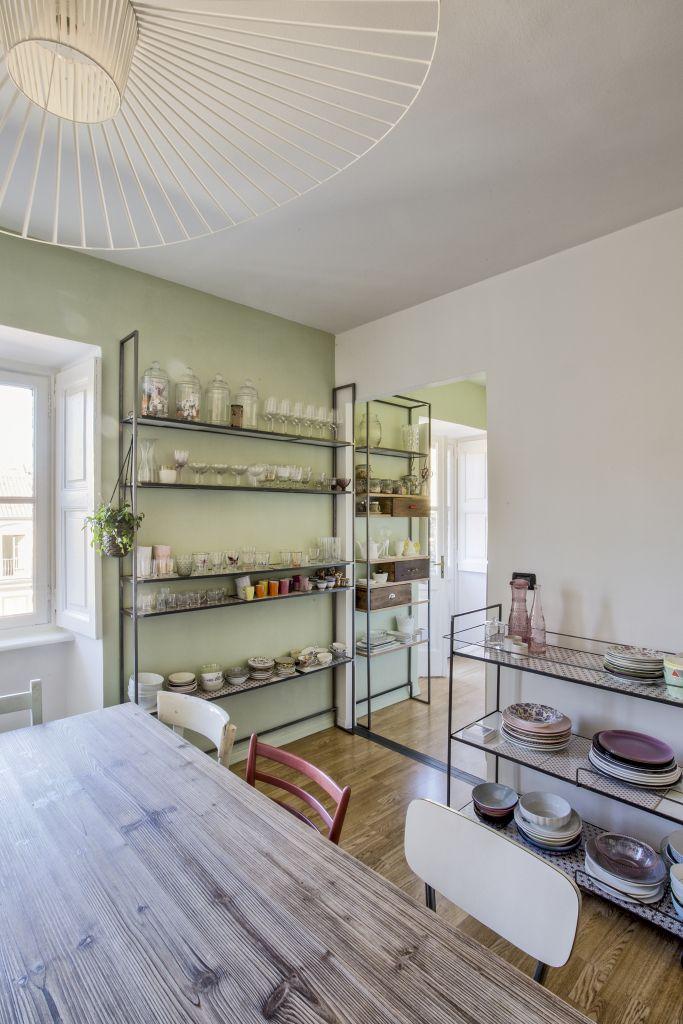 SALLE A MANGER Dining Room Table En Bois Chaises Depareillees Etagere Metal Lamper Vertigo Petite