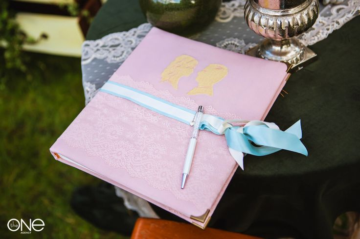 Свадебное оформление. Силуэты жениха и невесты. Книга пожеланий. Wedding decoration. Silhouettes of bride and groom. Wish book.