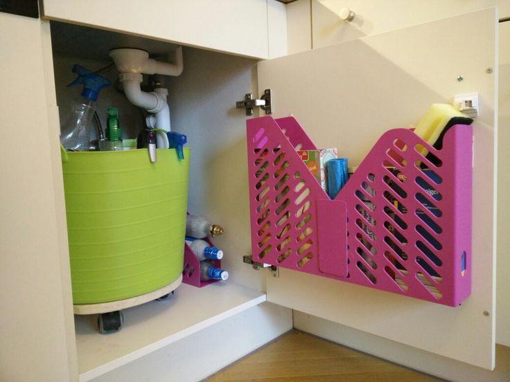 Stauraum Küche:  Ordnungssystem unter der Spüle für Gaspatronen, Putzzeug und Lappen. Rosa Plastik Körbe sind aus Büroschubern und mit Tesa Powerstrips befestigt. Weichplastikkorb steht auf einem Drehteller. Körbe habe ich mit einer Ryoba Säge zugeschnitten. Aus den beiden Seitenteilen wurden Patches für  vorn und unten (Uhu Kraftkleber, Kontaktkleber),  Schnittstellen an der Rückwand mit durchsichtigem Paketklebeband, Teller mit einer Stichsäge, Rollen gab es mal im Aldi für kleines Geld.
